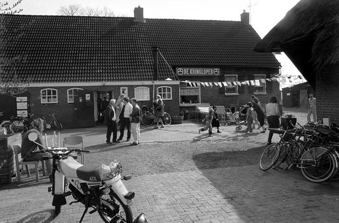 Ben Steffen maakte in 1990 een foto van deze Kringloper, gevestigd in een boerderij. Wie weet waar dit is? Bestaat deze Kringloper nog? Was het de opening of een open dag? We zijn benieuwd.
