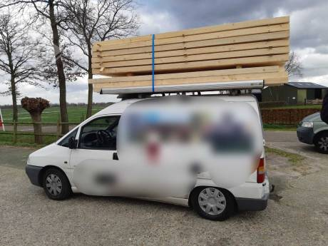 'Onverantwoord': auto met veel te veel hout van de weg gehaald in De Mortel