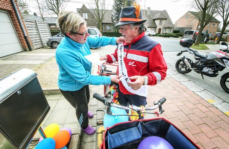 Luc Voet (59) uit Zwevegem heeft vandaag zijn laatste ronde gedaan als postbode. Heel veel van zijn vaste 'klanten' hadden affiches en ballonnen uitgehangen aan hun brievenbus om te tonen hoe erg ze hun favoriete postbode gaan missen.