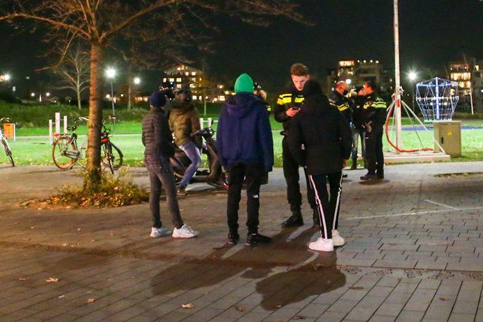 Jongeren werden vrijdagavond in Hendrik-Ido-Ambacht gecontroleerd op het dragen van een legitimatiebewijs. Ook zaterdag controleerde de politie rondom de Sophiapromenade.