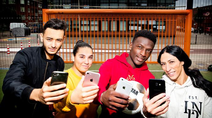 WK-vloggers Salim, Soraya, Joni en Karima  op het Johan Cruijf Court in de Schilderswijk in Den Haag.