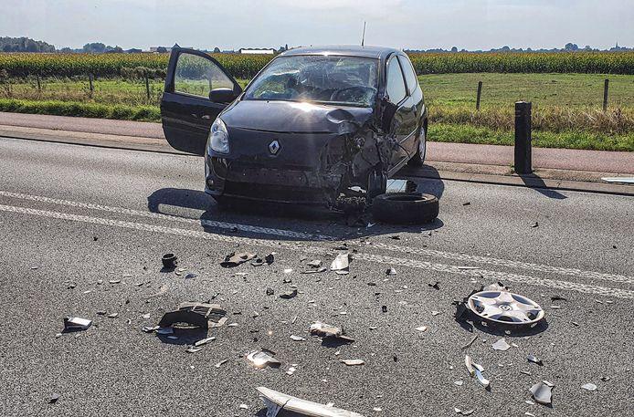 Een auto en een tegemoetkomende vrachtwagen zijn dinsdagmiddag op elkaar gebotst op de Witte Kruis (N811) in Babberich.