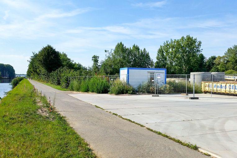 Op dit terrein langs de Vaart in Tildonk installeerde de firma André Celis een loskaai en op- en overslagplaats voor bouwmaterialen.
