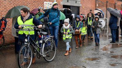Neerklapbare paal weert verkeer aan school