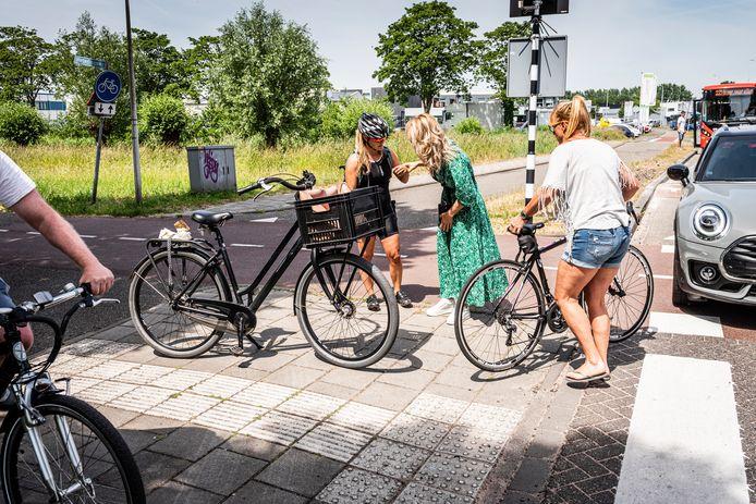 Nieuwe drempels bij de gevaarlijke kruising Weteringpad/Noorderkeerkring hebben de problemen nog niet opgelost. Van links naar rechts Veronique, Monique en Renee.