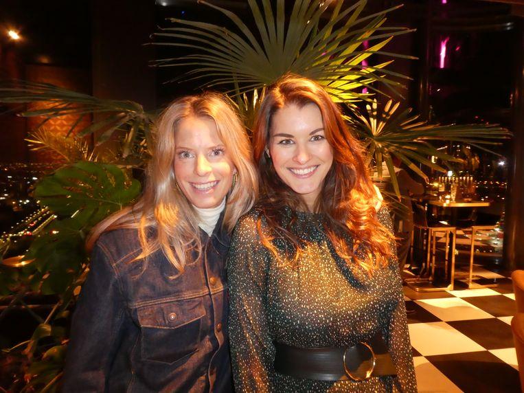 """Machteld Schmidt en Eveline van Gaalen van The Qut Agency, tussen het groen. Schmidt: """"Heb jij al een cocktail? Met een bloemetje uit de eigen kas?'' Beeld Hans van der Beek"""