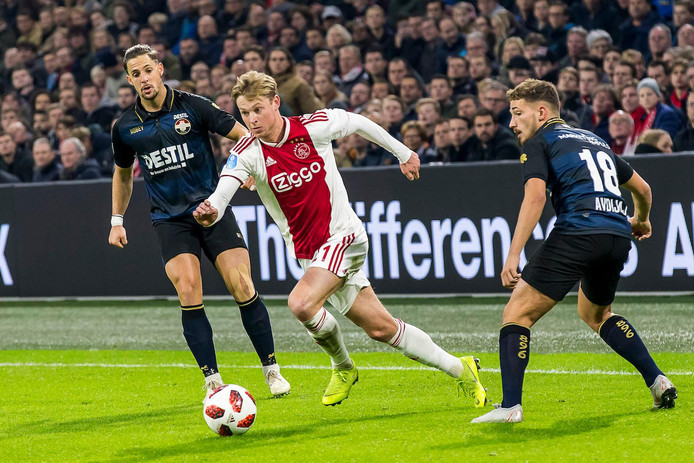 Frenkie de Jong in actie tegen zijn oude club Willem II. Links Fran Sol, rechts Donis Avdijaj.