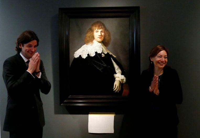 Jan Six en museumdirecteur Cathelijne Broers naast Rembrandts 'Portret van een jongeman', in mei in de Hermitage in Amsterdam.