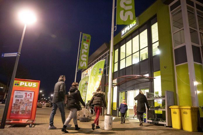 Voor de supermarkt aan het Meidoornplein komen op vrijdag- en zaterdagavond vaak grote groepen jongeren samen. (Archieffoto)