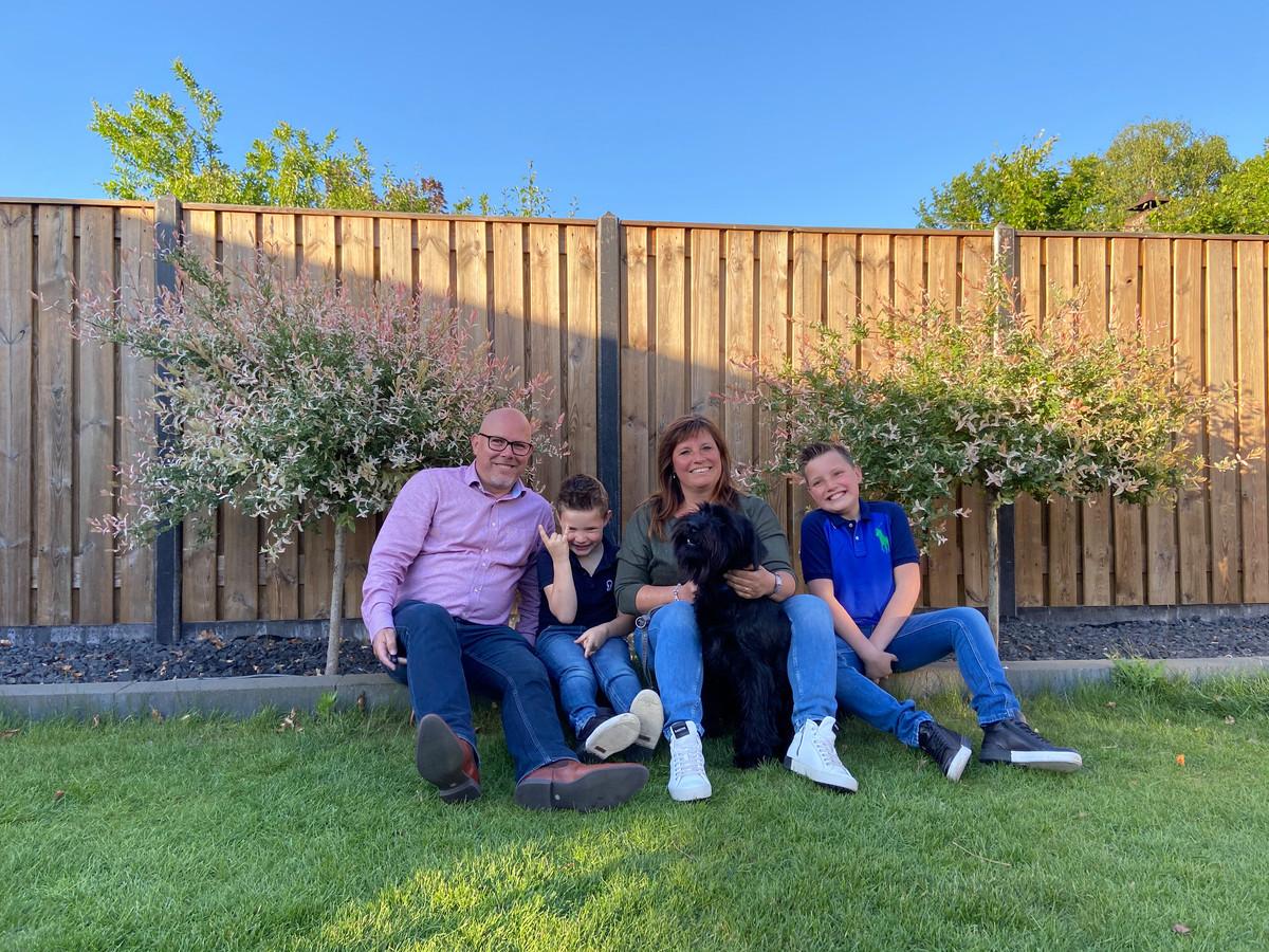 De familie Van de Ven in hun tuin in Aarle-Rixtel. Vlnr. Ronald, Jochem (7), Ellen en Pieter (12), Pieter heeft autisme en zit op de Antoon van Dijkschool in Helmond.