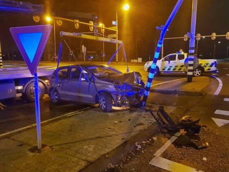 Gestolen auto van woningoverval Tilburg botst op lantaarnpaal in Oisterwijk, bijrijder aangehouden