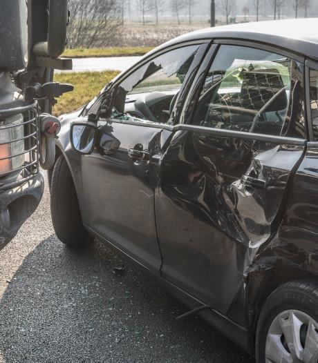 Truck en auto botsen tegen elkaar in Breda