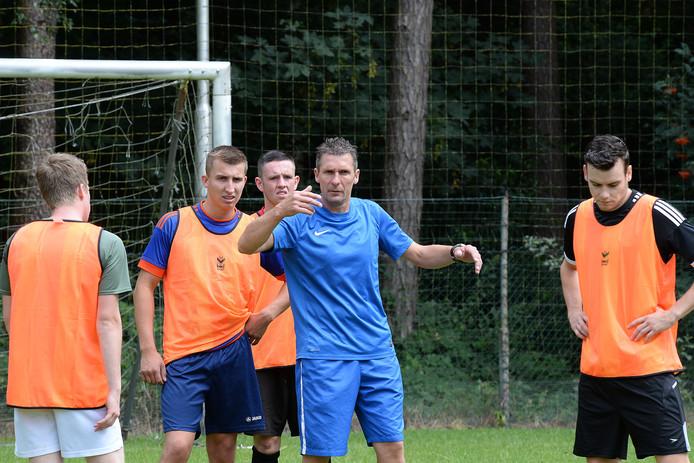 Henny Queens (tweede rechts) geeft aanwijzingen tijdens de training van Heijen.