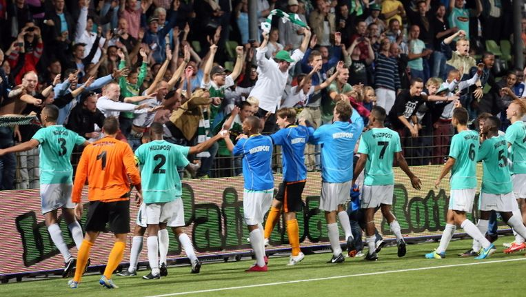 De selectie van Dordrecht bouwt een feestje met de eigen aanhang. Beeld pro shots