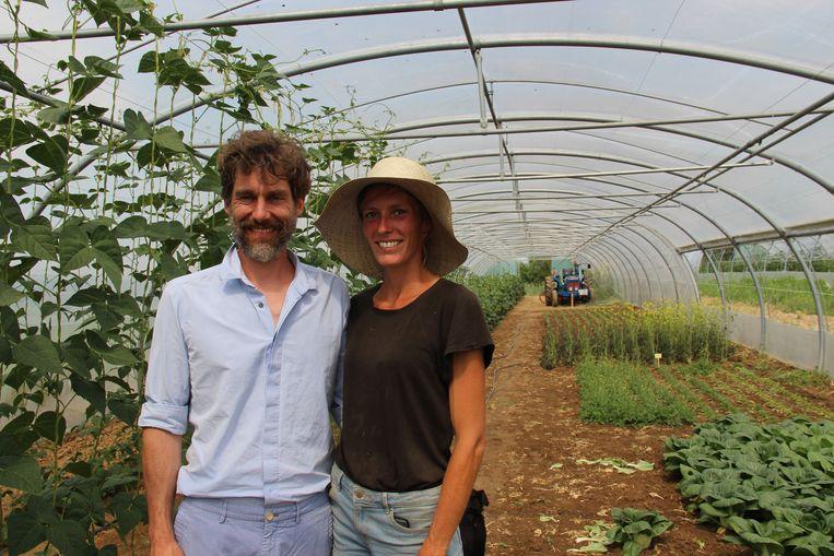 Nelis en Katrien kunnen de eerste groenten al oogsten.