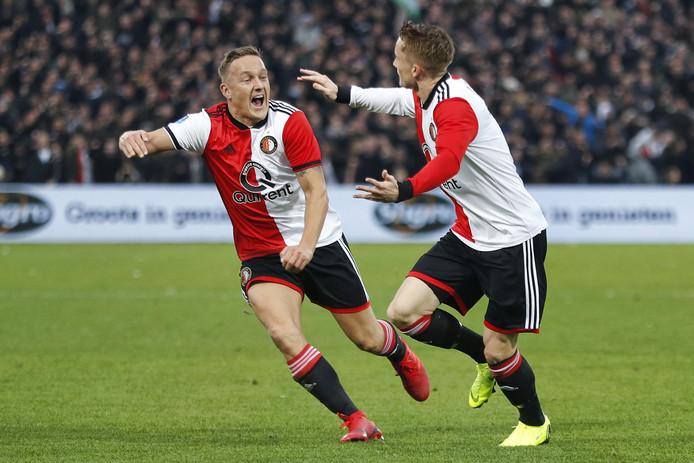 Jens Toornstra viert de goal van Sam Larsson.