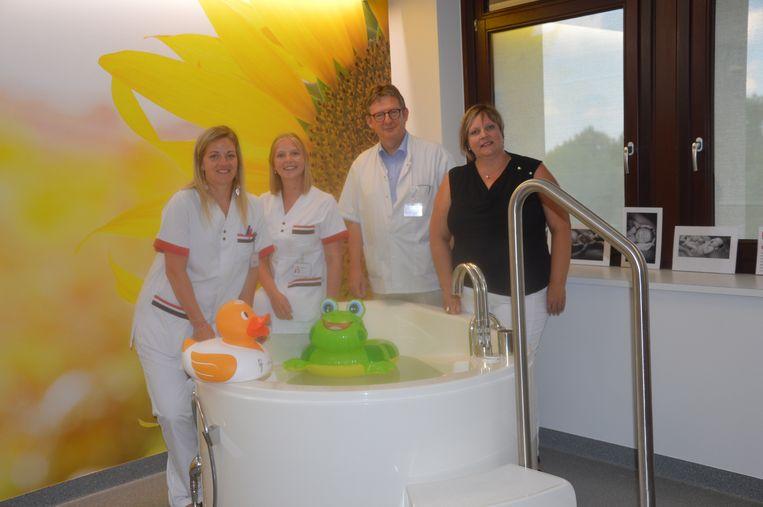Vroedvrouwen Laurence en Dagmar, gynaecoloog Guy Verhulst en hoofdvroedvrouw Carla Van Flieberge in één van de verloskamers met bevallingsbad.