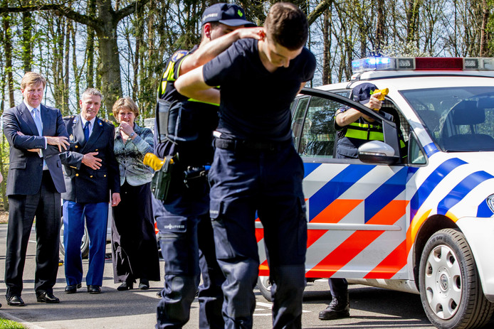 Koning Willem-Alexander brengt een werkbezoek aan de Politieacademie voor een korte kennismaking met de onderwijspraktijk.
