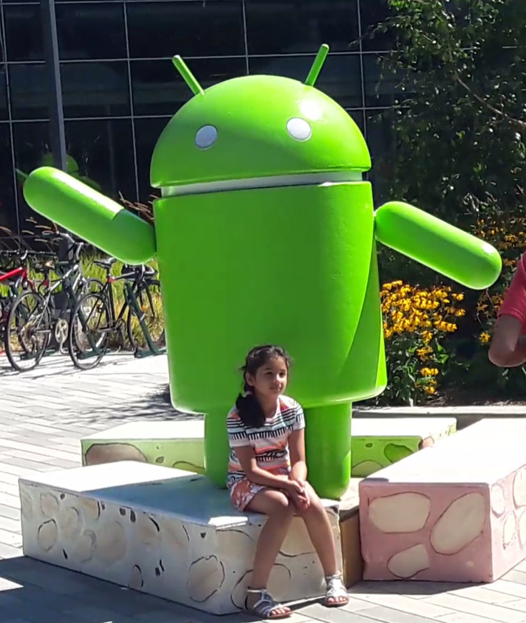 Dagjesmensen laten zich fotograferen op de Google Campus in Mountain View, waar alles om Google draait.