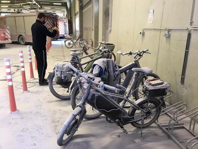 Ook deze fietsen werden bedekt door het goedje