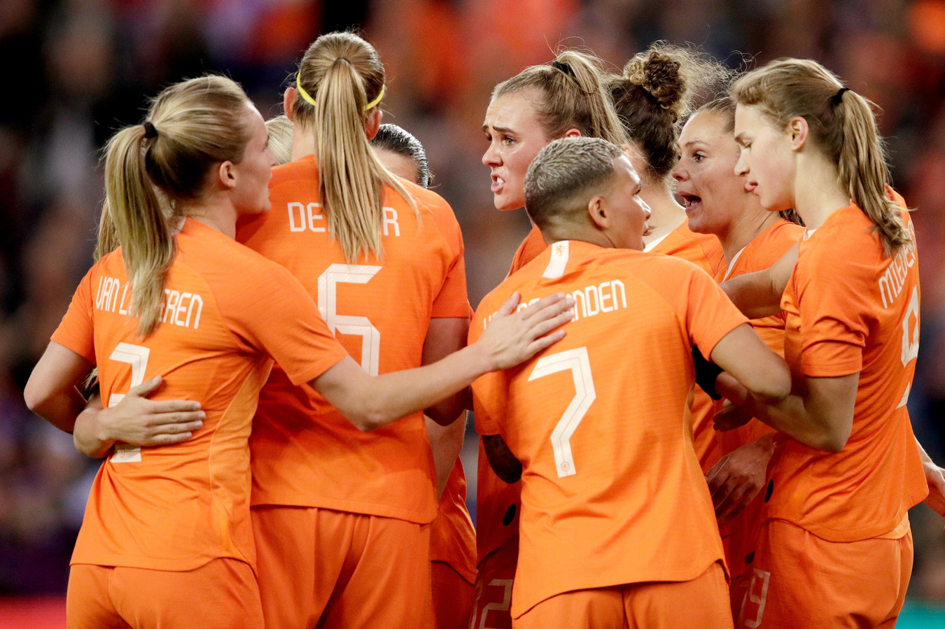 Oranje viert de 1-0 van Vivianne Miedema (r).