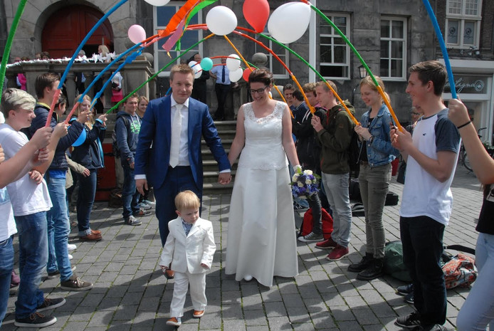 Hetmoment suprême: Arnout Hulsman en Marieke Coolen lopen met de kleine Marius dwars door de erehaag van leerlingen.