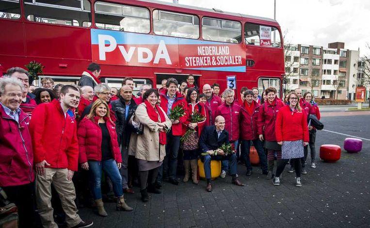 Het PvdA- campagneteam met fractievoorzitter Diederik Samson voorafgaand aan de campagne in Breda voor de aankomende gemeenteraadsverkiezingen van 19 maart. Beeld anp