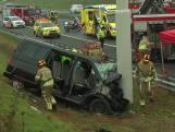 Busje knalt tegen vangrail in Limburg: twee doden en drie gewonden