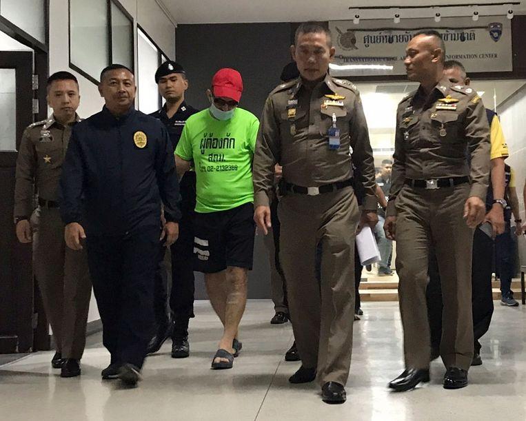 Immigratie-baas luitenant-generaal Sompong Chungdang (c) vorige week na de arrestatie van een 55-jarige Duitser die het lichaam van een 77-jarige landgenote in een kanaal zou hebben gedumpt. In eigen land werd de man gezocht voor fraude.