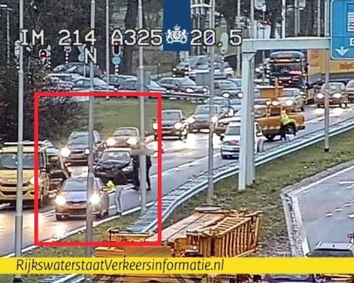 Het ongeluk op de A325 op camerabeeld van Rijkswaterstaat.