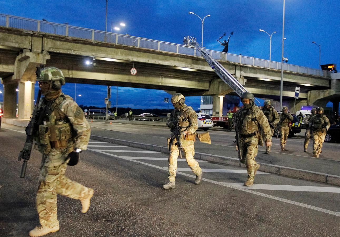 Speciale eenheden en sluipschutters bewaakten de brug over de Dnjepr.