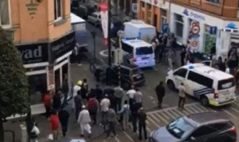 Een screenshot uit het filmpje van een getuige. Een vrouwelijke bestuurster wordt aangehouden op de Turnhoutsebaan, omstanders keren zich tegen de politie.
