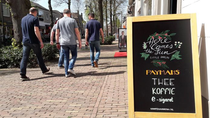 Een beetje middenstander speelt op het weer in. Tabaksspeciaalzaak Paijmans, aan de Dorpsstraat in Oisterwijk, verwelkomde in 2018 de zon met een liedje van The Beatles.