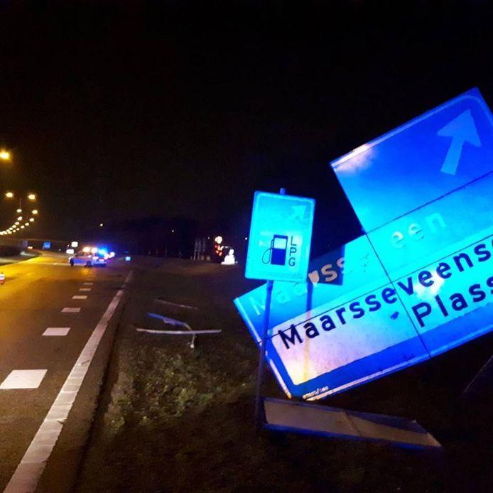 Een verkeersbord is door de aanrijding beschadigd geraakt.