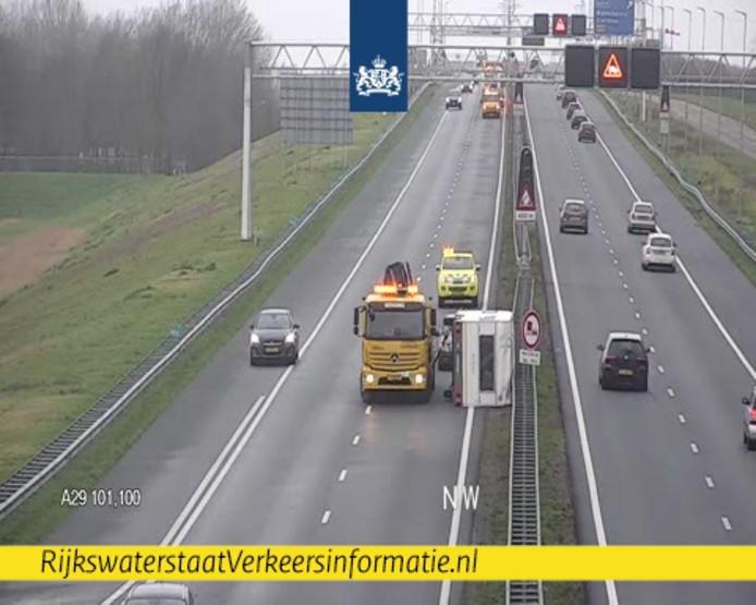 De caravan waaide op de A29 ter hoogte van Willemstad om.