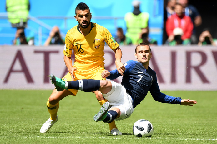 Aziz Behich op het WK in duel met Antoine Griezmann.