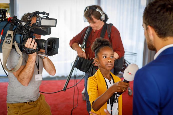 Hoogeveen - Rómeycia Valentijn (9) heeft uit de 700 kinderen de jeugdjournaal wedstrijd gewonnen. Voor het Jeugdjournaal mocht ze nu een heuse reportage maken in De Tamboer.©Wilbert Bijzitter