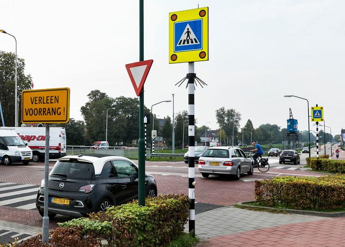 Een automobilist weet nog net op tijd te remmen voor een fietser op de gevaarlijke kruising van de Bosscheweg met de Koppelstraat en de Monseigneur Verhagenstraat.