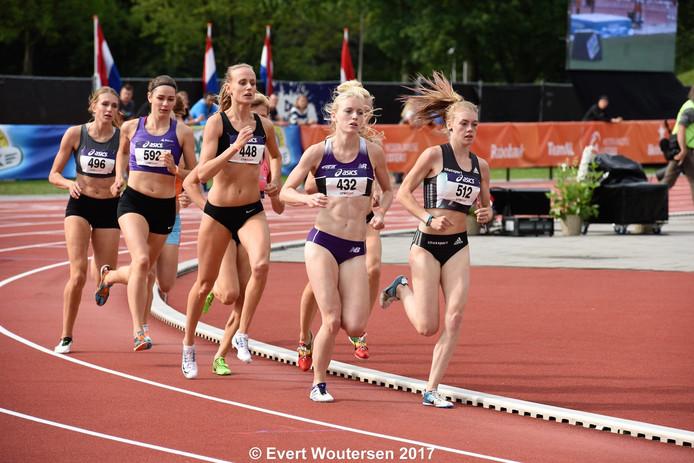De TU/e studente Marissa Damink (nummer 592) behaalde zaterdag de bronzen medaille op de 800 meter tijdens de Nederlandse Kampioenschappen hardlopen. foto Evert Woutersen.
