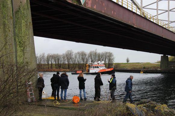 Duikers gingen op zoek naar mogelijk gedumpte stoffelijke resten van de Belgische loodgieter Johan Van der Heyden in het Schelde-Rijnkanaal bij Sint Philipsland in Nederland.