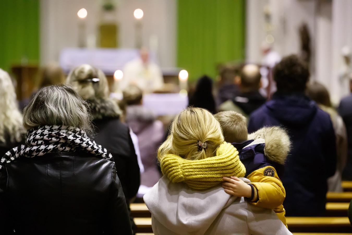 Peuters en kleuters gaan gewoon mee tijdens de maandelijkse kerkdienst voor Polen in de kerk van Nieuw-Vossemeer.