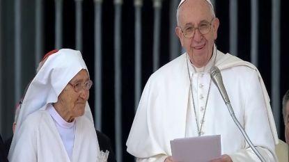 Paus huldigt non die meer dan 3.000 kinderen hielp ter wereld komen