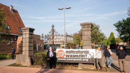 """Voorpost houdt protestactie aan Hasp-O Stadsrand: """"Mijn dochter wil niet naar de moskee gaan"""""""