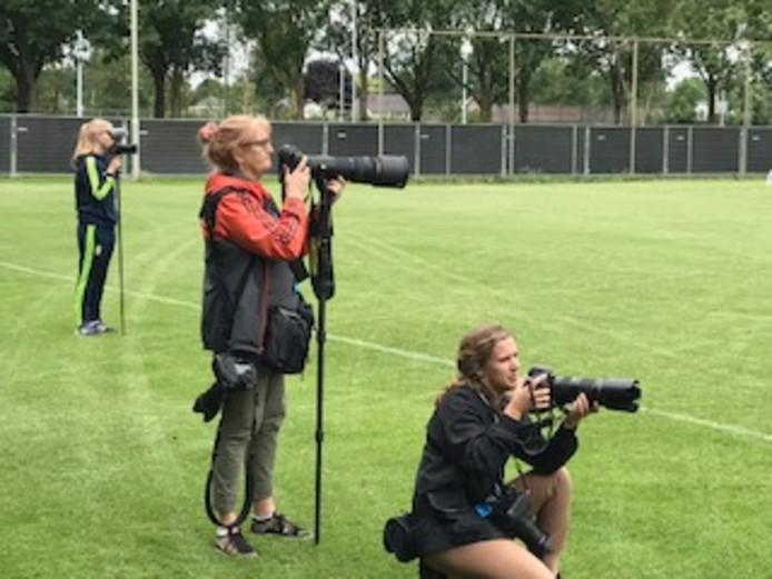 Zweedse pers volgt donderdagochtend de verrichtingen van het Zweedse dameselftal op sportpark Hengelder in Zevenaar.