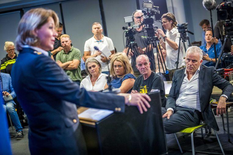 Van rechts: Peter R. de Vries, vader Peter Verstappen, zus Femke en moeder Berthie bij de persfconferentie in Maastricht, waar de DNA-match werd gemeld. Beeld EPA