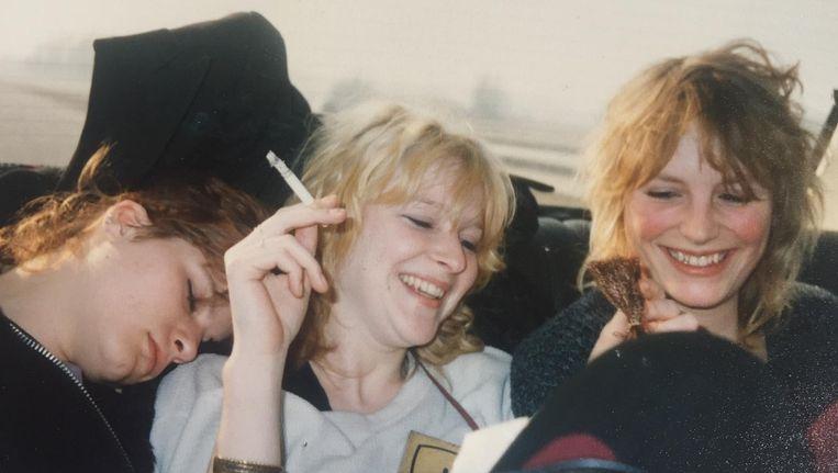 1986: auteur Pam van der Veen (rechts op de foto) tijdens haar eigen jongerenvakantie, na een hele nacht niet slapen. Beeld Fotoarchief Pam van der Veen