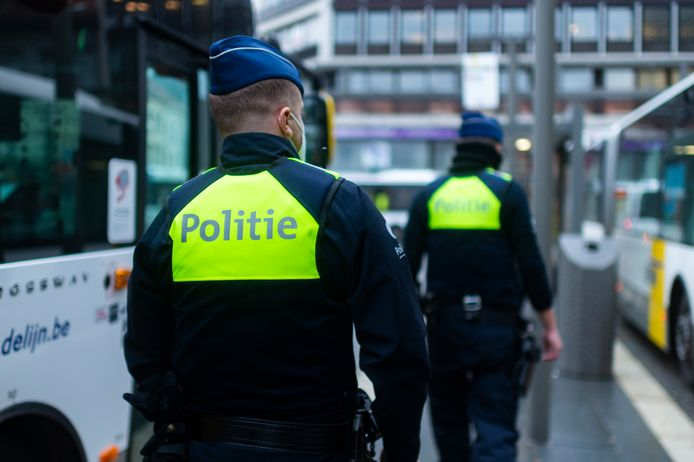 Archiefbeeld: politie patrouilleert op het  Operaplein in Antwerpen.