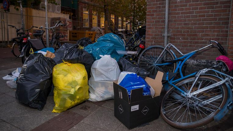 De bergen afval op straat in De Pijp zorgden voor groeiende ergernis bij bewoners. Beeld Rink Hof