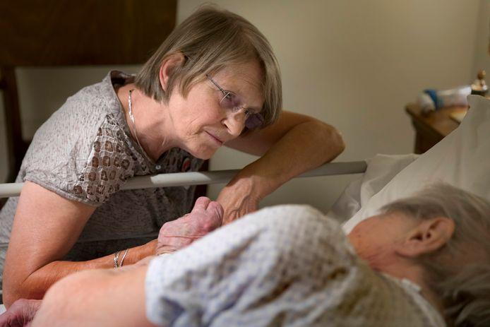 Vrijwilligster Sjan van Bergen waakt bij een 96-jarige vrouw, die aan haar laatste beetje leven toe is.