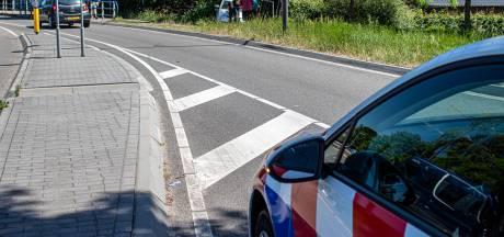 Auto ramt hek en belandt op zijkant na aanrijding in Dieren